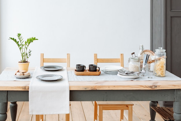 Gezellige eetkamer met een eettafel in scandinavische stijl