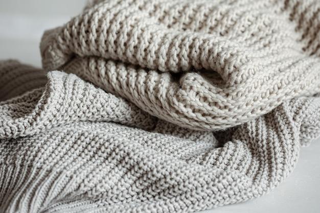 Gezellige en warme gebreide truien in pastelkleuren close-up.