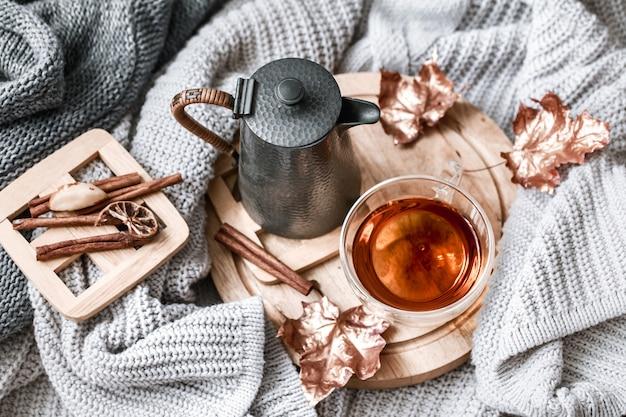 Gezellige herfst ochtend ontbijt in bed stilleven scène. dampende kop warme koffie, thee in de buurt van raam. vallen.