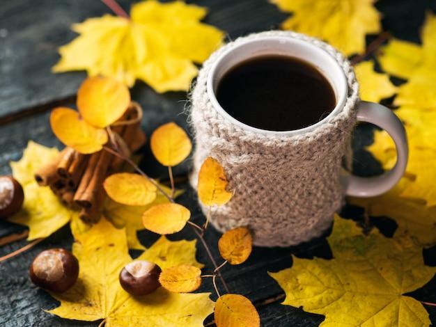 Gezellige herfst- of winterochtend thuis. mok koffie in een gebreid vest.