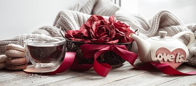 Gezellige huiscompositie liefde is voor valentijnsdag met decoratieve elementen en bloemen.