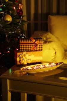 Gezellige kerstcompositie op versierde kerstboomachtergrond