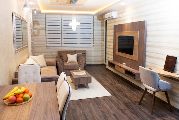 Gezellige moderne woonkamer met slimme inbouwapparatuur