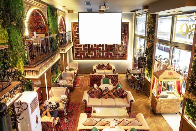 Gezellige oude stijl interieur van restaurant, theehuis met wit projectorscherm