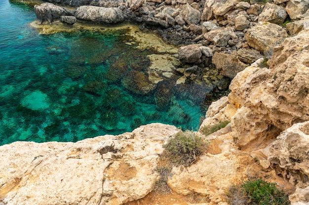 Gezellige pittoreske baai aan de oevers van de middellandse zee