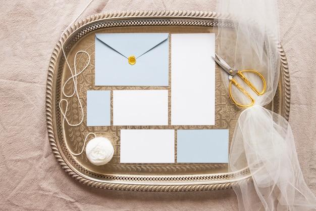 Gezellige samenstelling van papieren en accessoires