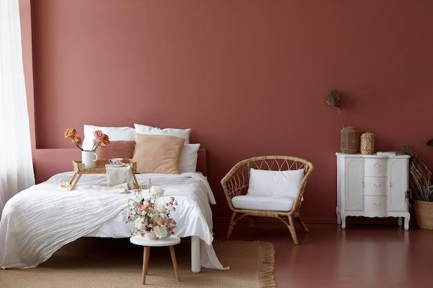 Gezellige slaapkamer interieur van retro fauteuil, vintage borst dwerg en bed