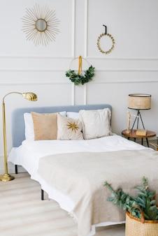 Gezellige slaapkamer met bed en kerstslingerverlichting