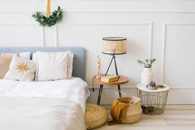 Gezellige slaapkamer met een bed en een versiering