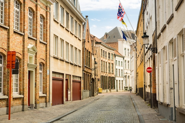 Gezellige straat in oude provinciale europese stad