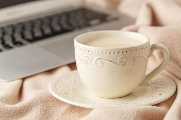 Gezellige thee-drinkende thee met melk en een warme deken