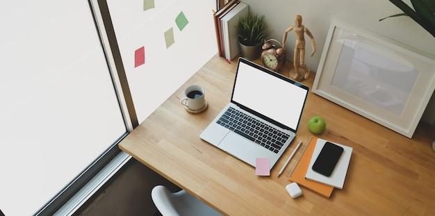 Gezellige werkplek met open laptop met leeg scherm