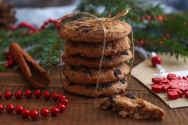 Gezellige winter huis achtergrond met koekjes, kaneel en kerstboom