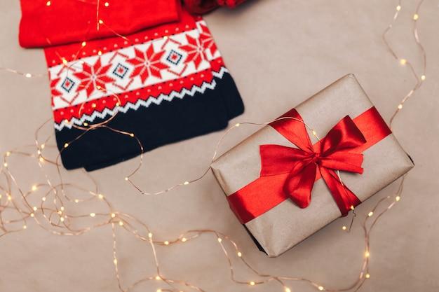 Gezellige winter kerstfoto. geschenken omwikkeld met kraftpapier