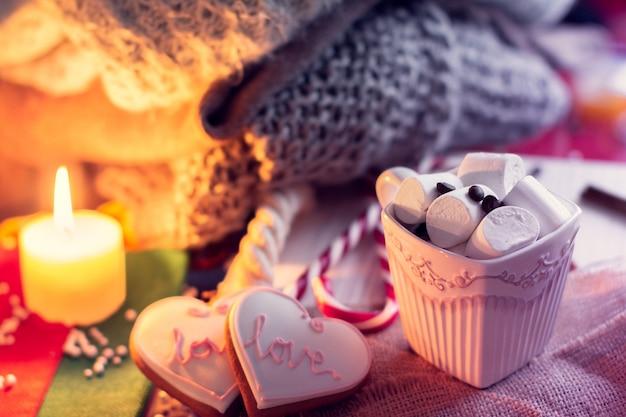 Gezellige winter met een kopje koffie en marshmallow en gemberknap