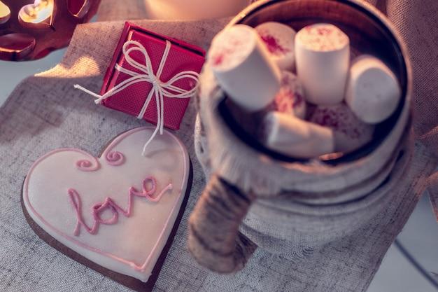 Gezellige winter met een kopje koffie, gembermuts en cadeau