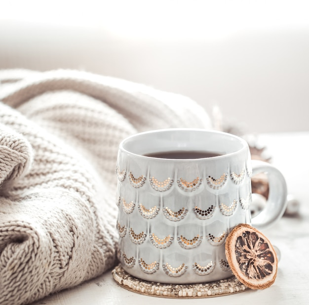 Gezellige wintersamenstelling met een kopje en trui
