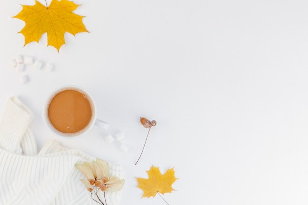 Gezellige witte warme trui en koffiekopje herfststemming en witte achtergrond