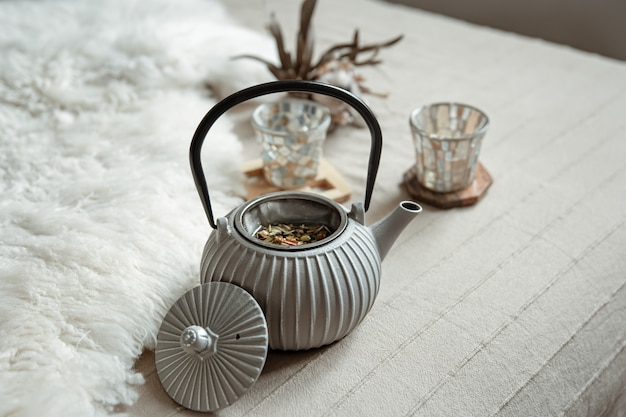 Gezellige wooncompositie met details over theepot en woondecoratie