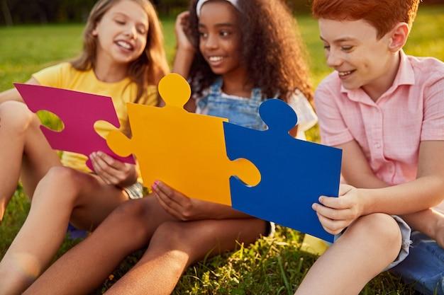 Gezelschap van kinderen spelen met puzzels in park