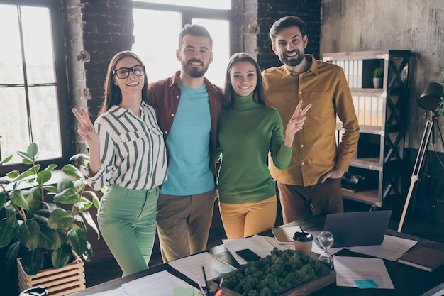 Gezelschap van vier leuke aantrekkelijke vriendelijke vrolijke vrolijke mensen koppels leiders partners professionele it-specialisten