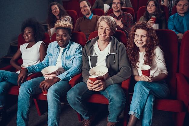 Gezelschap van vrienden kijkt komedie in de bioscoop