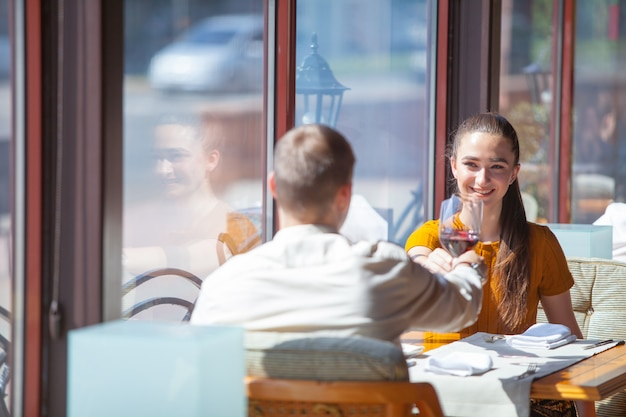 Gezelschap van vrienden viert bijeenkomst in een restaurant.