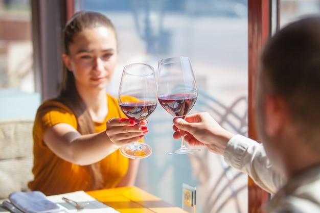 Gezelschap van vrienden viert vergadering in een restaurant.
