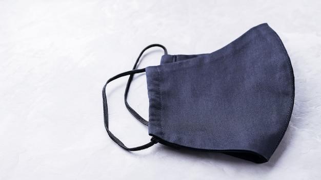 Gezicht beschermend masker. antivirusmasker gemaakt van zwart katoen. kopieer ruimte