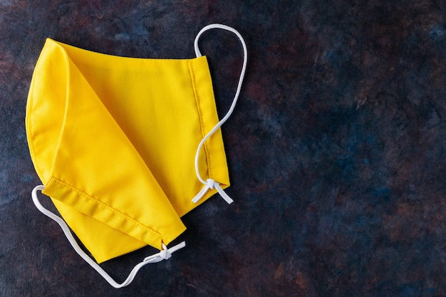 Gezicht beschermend masker. geel beschermend masker. milieuvriendelijk maatwerk. kopieer ruimte
