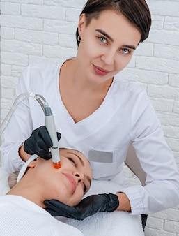 Gezicht huidverzorging. close-up van vrouw gezicht reinigen bij cosmetologie kliniek, stofzuigen