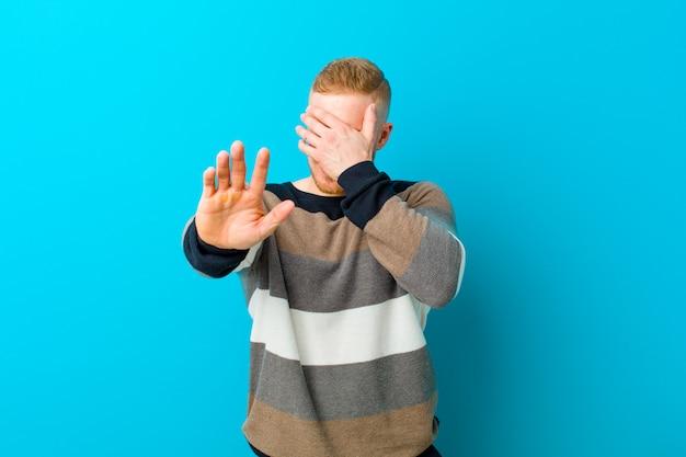 Gezicht met hand bedekken en andere hand vooraan leggen om camera te stoppen, foto's of afbeeldingen weigeren