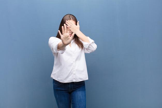 Gezicht met hand bedekken en andere hand vooraan zetten om te stoppen, foto's of afbeeldingen weigeren