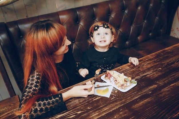 Gezicht moeder eet vrouwelijke meisje