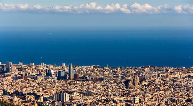 Gezicht op barcelona met de sagrada familia en torre agbar