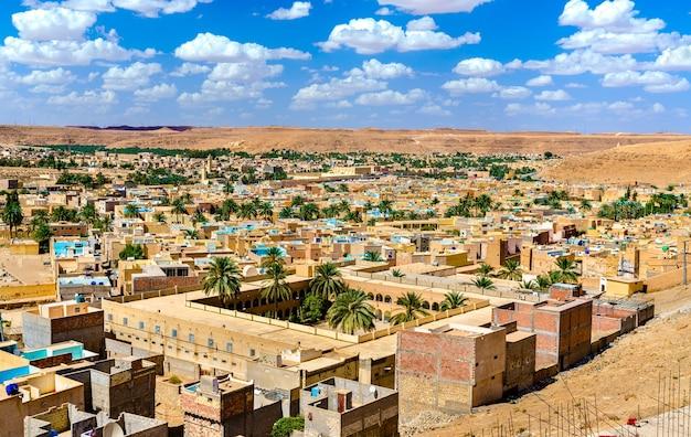 Gezicht op beni isguen, een stad in de mzab-vallei.