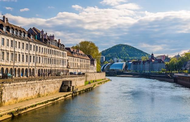 Gezicht op besancon over de rivier de doubs - frankrijk