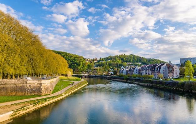 Gezicht op besancon over de rivier de doubs - frankrijk Premium Foto