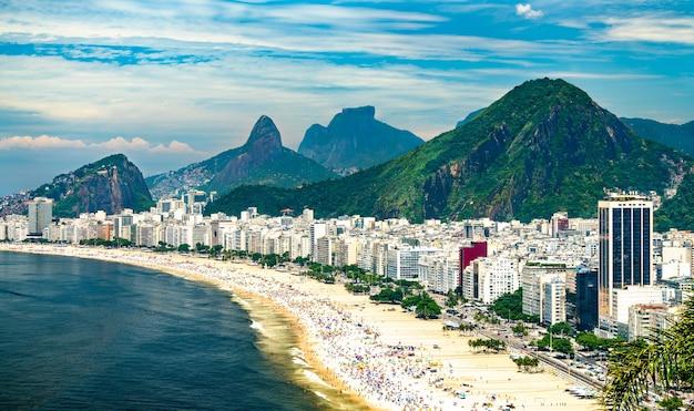 Gezicht op copacabana in rio de janeiro, brazilië