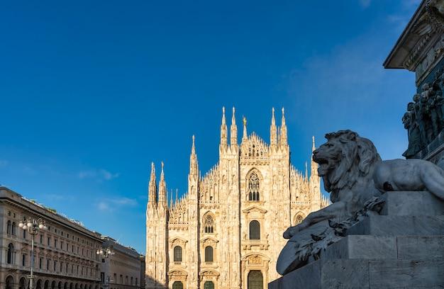 Gezicht op de duomo (kathedraal) van milaan - duomo-plein