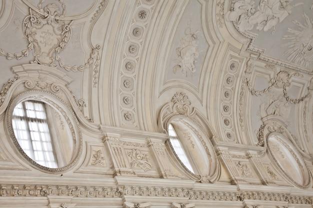 Gezicht op de galleria di diana in het koninklijk paleis van venaria, dicht bij turijn, regio piemonte