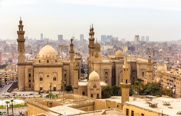 Gezicht op de moskeeën van sultan hassan en al-rifai in caïro, egypte