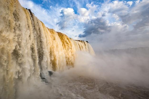 Gezicht op de wereldwijd bekende iguassu-watervallen op de grens van brazilië en argentinië