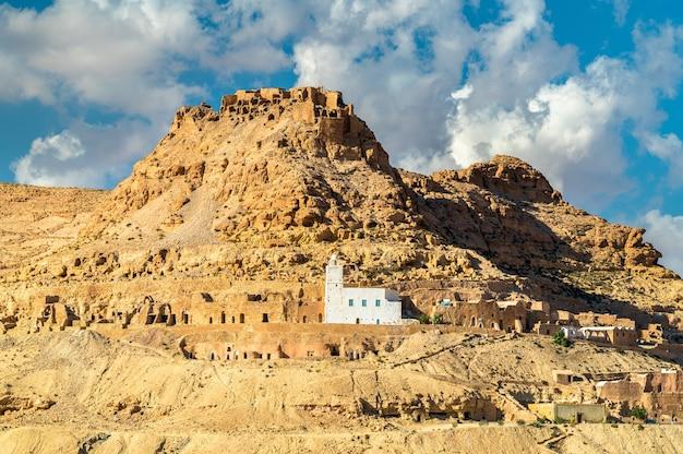 Gezicht op doiret, een berberdorp op een heuveltop in het gouvernement tataouine, zuid-tunesië