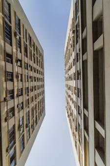 Gezicht op een gebouw in een contra-plongee-perspectief in rio de janeiro, brazilië.
