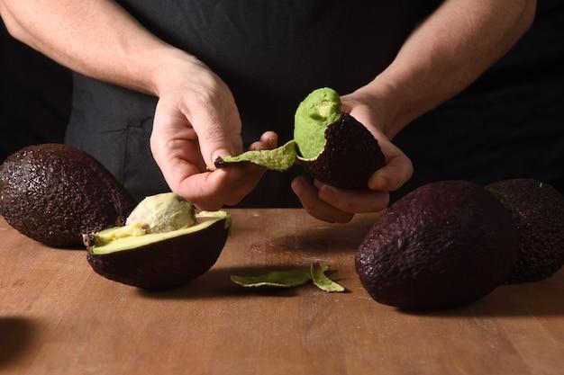 Gezicht op een kok die een avocado pelt
