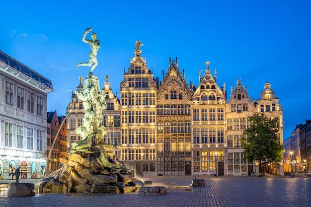 Gezicht op een monument in een europese stad