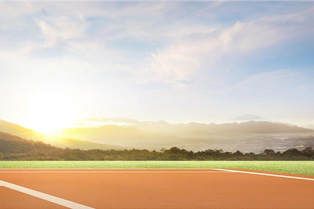 Gezicht op een tennisbaan met uitzicht op de bergen