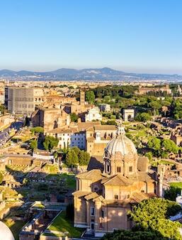 Gezicht op forum romanum met colosseum - italië