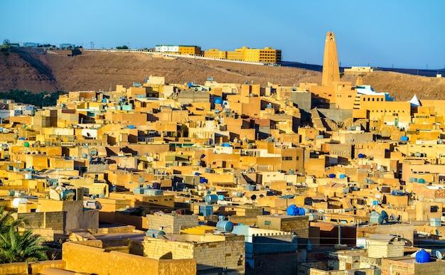 Gezicht op ghardaia, een stad in de mzab-vallei.